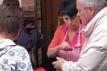 Rozzlobená stánkařka platí pokutu inspektorovi České obchodní inspekce za to, že nedodržela gramáž u prodávaných potravin.