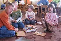 Děti si ve školce především hodně hrají.