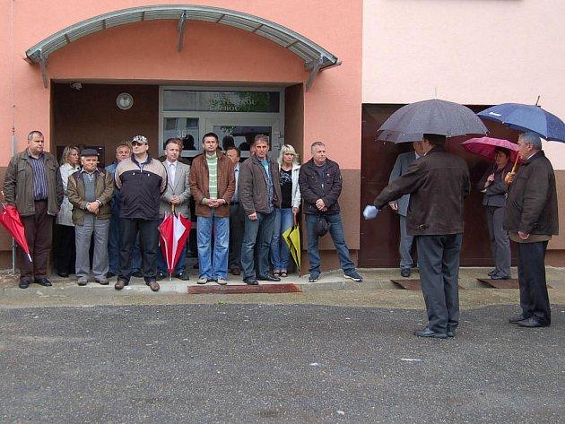 Starosta Miroslav Rauch seznámil s hosty slavnostního ukončení prací na revitalizaci bytových domů s historií celého akce.