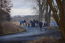 Při silvestrovské vycházce přišel turistům vhod i svařák, který jim rozléval starosta Bělé Libor Picka.