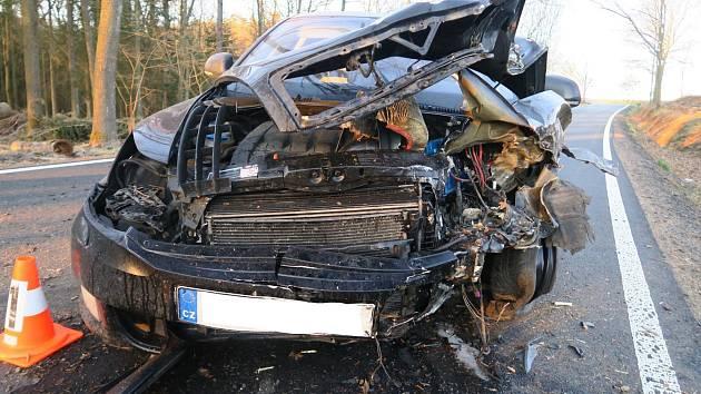 Řidič narazil do hromady dříví