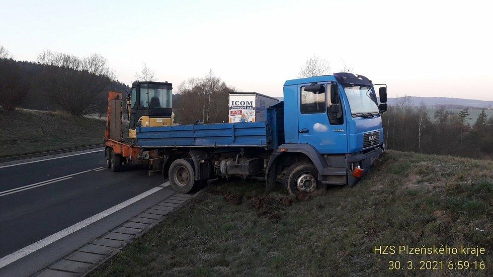 Střet nákladního a osobního auta u Horšovského Týna.