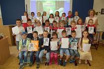 Vysvědčení si v pátek převzali i žáci 1.D z domažlické ZŠ Komenského.