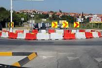 Okružní křižovatka v chorvatské Pule. Původně světly řízené křížení cest, po němž zbyly stožáry, bylo nahrazeno tímto výmyslem. určitě levné a účinné.