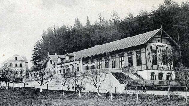 NA KOVÁRNĚ. Dobová fotografie ukazuje tehdejší penzion Na Kovárně, jak vypadal na počátku 20. století.