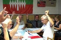Z HLASOVÁNÍ KLENEČSKÉHO ZASTUPITELSTVA. Na posledním jednání bylo přítomno 10 ze 13 zastupitelů.