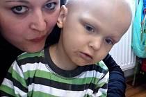VŠE ZAČALO MATYÁŠKEM. Pomoc pro Matyáše Klasnu se setkala s velkým zájmem a dala vzniknout myšlence pomáhat dalším dětem s onkologickým onemocněním. Na snímku Matyášek s  Lucií Tomiovou.