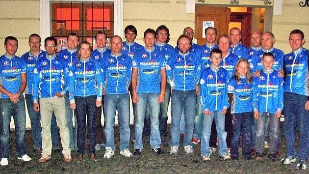 SEZONU ZHODNOTILI V CHODSKÉM HRADU. Před restaurací v Chodském hradu se společně vyfotografovali členové cyklistického oddílu Velosport Domažlice.