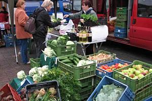 Z FARMÁŘSKÝCH TRHŮ. Kromě v článku vyjmenovaných produktů byly k mání také květiny a med, velký zájem byl o zeleninu a ovoce.