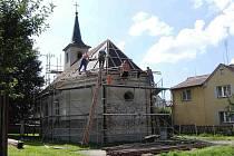 Kostel sv. Václava ve Starém Klíčově. V současnosti mu pokrývači dělají novou střechu.