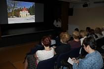 Oblíbené přednášky se konají v Loutkovém sále MKS Domažlice.