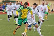 Ion Butnaru ve žlutozeleném dresu Dynama Horšovský Týn proti Spartaku Chrást.