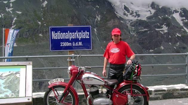 Milan Zahoř a jeho Jawa ´Pérák´ v Alpách.