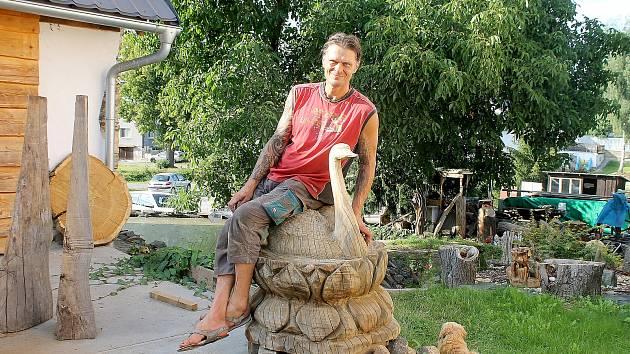 Řezbář Radek Pučelík z Petrovic u Újezdu dělá ze dřeva sochy nejrůznějších velikostí a tvarů.