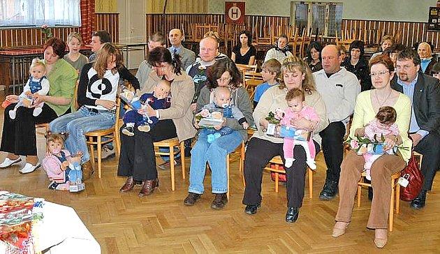 VÍTÁNÍ OBČÁNKŮ  V MILAVČÍCH.  Tento rok mohli starosta Jan Sazama se zastupitelkou Bohumilou Bilíkovou přivítat do života šestici dětí.