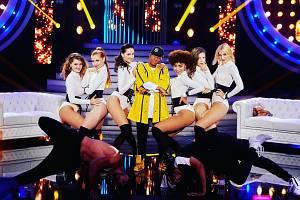 Veronika Kozinová (vlevo) se skupinou Jet Dance Company známého tanečníka Yemi A.D. v televizní show Tvoje tvář má známý hlas. Zprava externí koučky Dominika Horová a Tereza Kvasnovská.