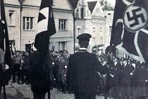 Sjezd členů N.S.D.A.P. na náměstí v Horšovském Týně.
