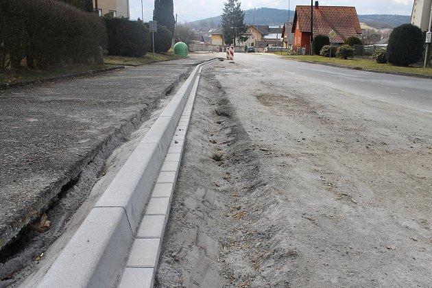 STARÉ OBRUBNÍKY se opravují napříč celou obcí. Až budou hotové, začnou práce spojené sprůtahem.