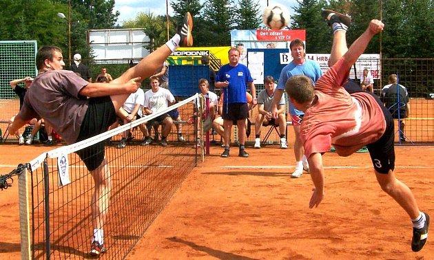 Domažlický Michal Raděj (vlevo) blokuje zručského Hánu, který se svým družstvem loni vyhrál a letos přijede obhajovat prvenství.
