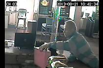 PACHATELE při  krádeži pokladny v nonstop baru na domažlickém náměstí zachytila kamera.