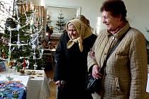 Z VÁNOČNÍ VÝSTAVY V TRHANOVĚ. Devadesátiletou Marii Martínkovou na ni doprovodila snacha. Seniorka s úsměvem a zájmem pozorovala, jak vznikají v rukách Anežky Červenkové ze Kdyně ozdoby z korálků.