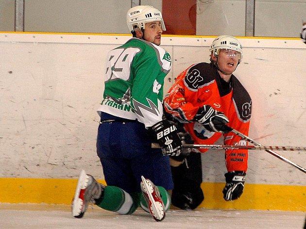 Z hokejového utkání v Karpem areně v Domažlicích.