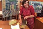 Doris Windlin při krájení stylového občerstvení pro diváky – sýra ze švýcarské salaše.