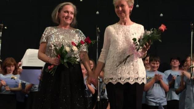 Zpěvačka Bára Basiková (vlevo) a sbormistryně Václavovičová.