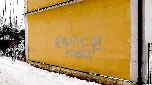 Nápis na zdi Základní umělecké školy v Horšovském Týně.