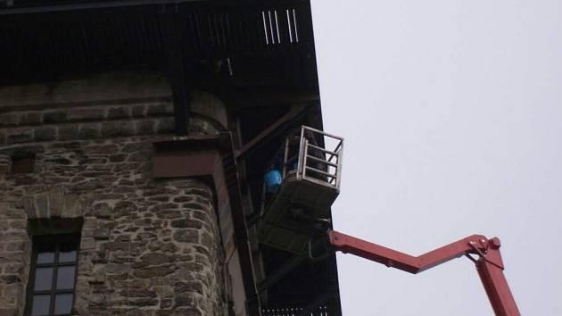 Z údržbových prací na Kurzově věži.