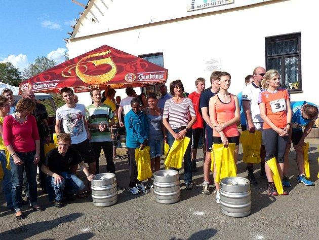 U soudků piva zleva štafeta Klatov (1. místo), Waldthurn I. (3. místo), Bělá (2. místo) a tým Polní lazaret Domažlice (4. místo - bez soudku).