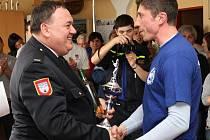 ANTONÍN RENDL vyhrál ve své kategorii I. kolo soutěže Šumavská liga 2014, letošní výstup na domažlickou věž. Pohár mu předával domažlický dobrovolný hasič – senátor Jan Látka.