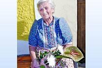 ALŽBĚTA VONDRAŠOVÁ. Pětaosmdesátileté seniorce říkají Mrákovští s láskou a velkou úctou teta Krysáluc. Stejně, jako její ´učitelky´ Anna a Marie Bílkovy je živou pochodující kronikou.