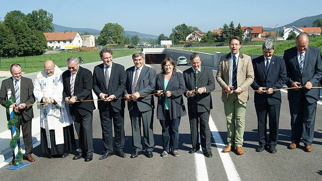 Slavnostní otevření obchvatu. Zprava zemský rada Franz Löffler, vedle něj starosta Furthu im Wald Sandro Bauer.