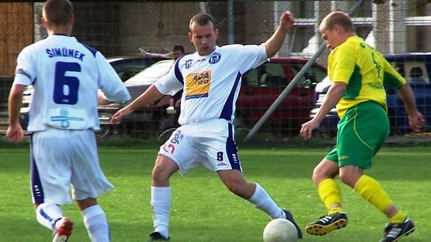 Bělský Kalina (uprostřed) nahrává míč svému kolegovi Šimůnkovi
