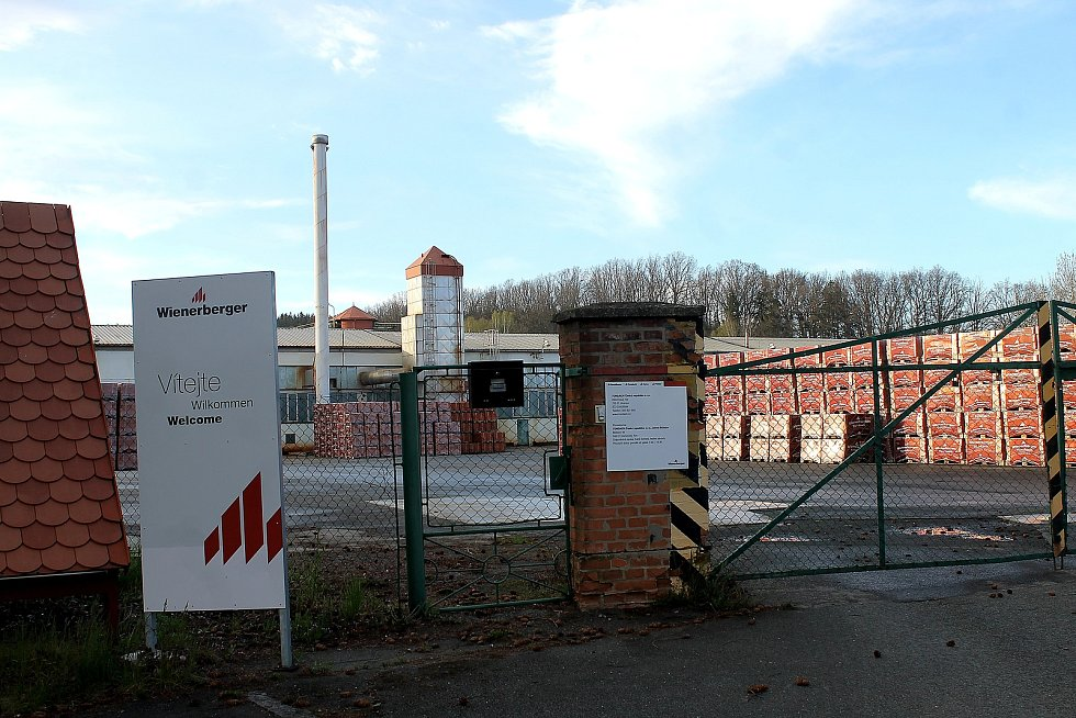Areál cihelny je už od března zavřený, teď slouží pouze jako sklad. Firma Wienerberger, které komplex patří, ho prodá.