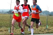 FREI TRETÍ V PEČKÁCH. Martin Frei na snímku s číslem 572 v čele skupinky v průběhu závodu Pečecká desítka.