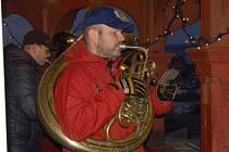 Domažličtí muzikanti hrají roráty z ochozu věže.