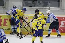 HC Domažlice (v bílomodrém) - KHL Meteor Třemošná (Ve žlutém) 8:5.