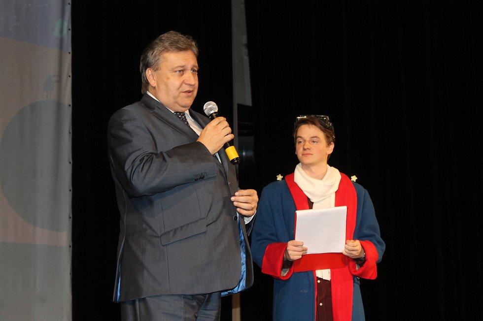 Ze zahájení festivalu. Na jevišti zavzpomínal na různá herecká setkání i senátor Vladislav Vilímec.
