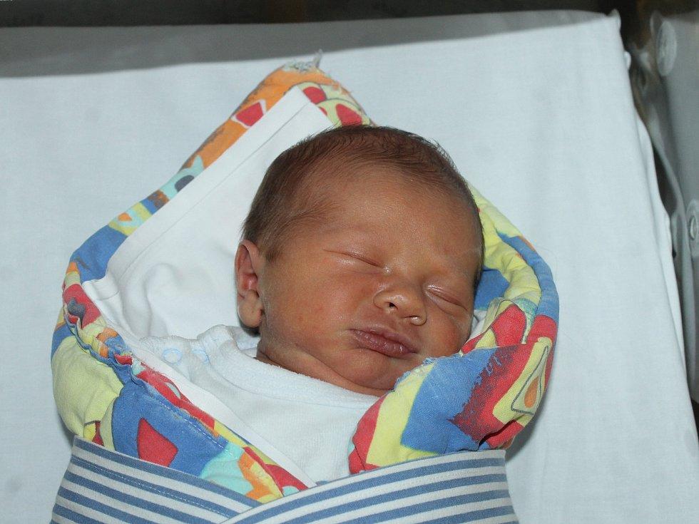 BENJAMÍN ŠLECHTA z Domažlic se narodil v pondělí 8. ledna 2018 v 05:30 hodin v domažlické porodnici s váhou 3, 18 kg a mírou 50 cm. Rodiče Simona a Jan svého v pořadí třetího potomka na světě přivítali společně, stejně tak vybrali pro svého syna i jméno.