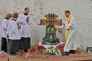 Žehnání a instalace nového zvonu v Loučimi.