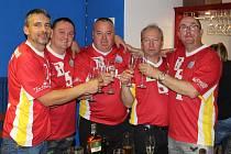 Domažlickou bowlingovou ligu před jejím restartem aktuálně vede tým B.S.P. (zleva Jan Pachl, Radek Šimák, Miroslav Minařík, Petr Vogeltanz a Robert Babor).