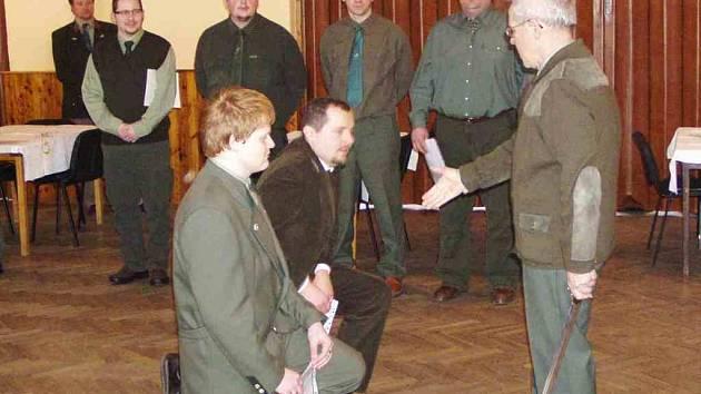 Na snímku jsou dva nejúspěšnější adepti při pasování na myslivce, Petr Kopf a Jan Faschingbauer (zleva). Foto: archiv OMS Domažlice