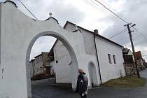 Starosta Petr Selnar před vstupem do památného statku U Podestátů.