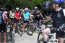 CYKLISTÉ Z DOMAŽLICKA A BAVORSKA SE SETKAJÍ NA DALŠÍ PŘESHRANIČNÍ AKCI. Jednou z těch předešlých bylo v půli června u sousedů v Gibachtu otevření cyklistického ráje – nových tras pro horská kola v oblasti mezi Čerchovem a Hohenbogen, z něhož je náš snímek