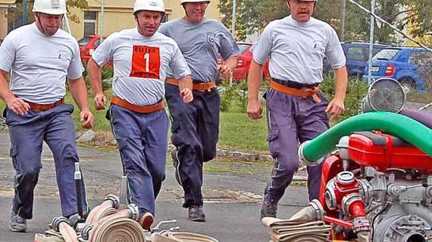 Hasiči starší čtyřiceti let už jsou senioři. Že jim to ale stále ´běhá´ dokázali včera na 13. ročníku celostátní soutělže seniorů Hasičských záchranných sborů v Domažlicích. Na snímku vítězné družstvo z Třebíče, které dokázalo obhájit loňské prvenství.
