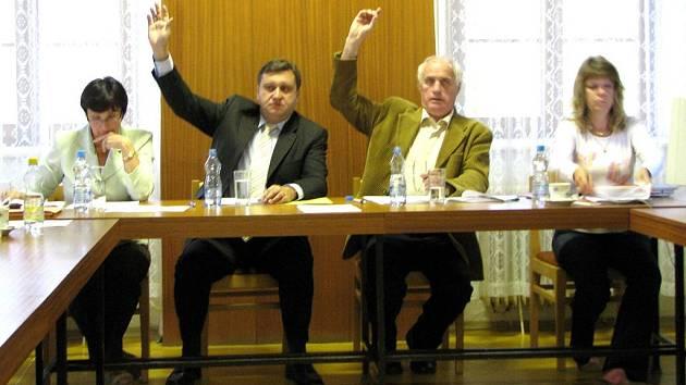 Na úterním veřejném zasedání schválili zástupci města Kdyně dotaci  pro TJ Sokol Prapořiště ve výši 250 tisíc korun na opravu hřiště