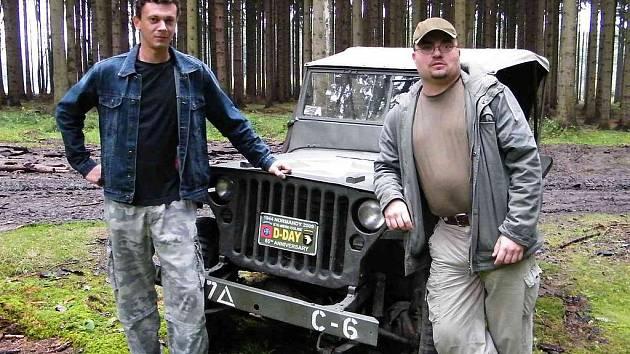 V LESÍCH NAD KLENČÍM. Na jedno z pátrání po historii Chodska vzal Romana Kohouta (vlevo) a Martina Drbala také Amar Ibrahim z Domažlic se svým Jeepem.