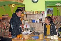 """. Jana Pazourová otevřela v Horšovském Týně knihkupectví: """"Je to teď  vlastně jediný obchod s knihami ve městě, všechny ostatní už před lety zavřely."""" Před Vánocemi je podle jejích slov o knížky velký zájem."""